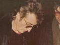John-Lennon-firmando-autografo-a-Mark-David-Chapman-su asesino.