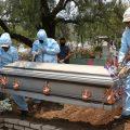 CIUDAD DE MÉXICO, 28MAYO2020.- Sepultureros del Panteón Civil de San Nicolás Tolentino, llevan a cabo la inhumación de un cuerpo contagiado por COVID-19. Con una cantidad restringida de familiares al sepelio. ADRIANA ÁLVAREZ /CUARTOSCURO.COM